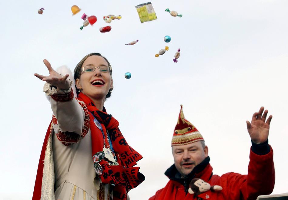 """Kamelle: Prinzessin Steffi I. gab oben auf dem Wagen alles. Der Job als Wurfgewaltige machte der """"Kreativen"""" sichtlich Spaß. Foto: Armin Fischer"""